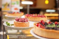Tortas do apetite em placas na padaria agradável Fotos de Stock Royalty Free