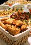Tortas do sopro em uma cesta em uma tabela de bufete Imagem de Stock Royalty Free