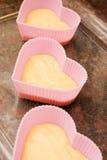 Tortas en forma de corazón de la taza de la tarjeta del día de San Valentín Foto de archivo