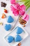 Tortas en forma de corazón de la crema batida por un día de tarjeta del día de San Valentín romántico foto de archivo