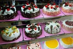 Tortas en una tienda de la torta Fotografía de archivo