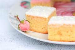 Tortas frescas con un brote de la rosa Fotografía de archivo