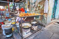 Tortas fritadas em Yangon, Myanmar fotos de stock royalty free