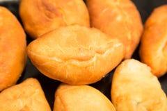 Tortas fritas en una cacerola Fotos de archivo libres de regalías