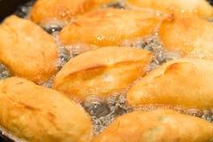 Tortas fritas en una cacerola Fotos de archivo