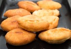 Tortas fritas en una cacerola Fotografía de archivo libre de regalías