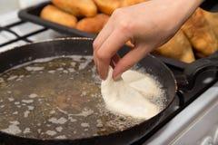 Tortas fritas en una cacerola Foto de archivo libre de regalías
