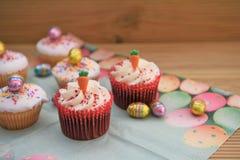 Tortas hechas en casa con las decoraciones de la zanahoria y huevos para una Pascua feliz Fotografía de archivo libre de regalías