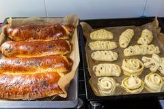 Tortas hechas en casa en las bandejas de la hornada Fotografía de archivo libre de regalías