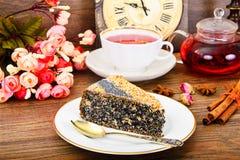 Tortas hechas en casa: Poppy Filling Cake en la placa Imagenes de archivo