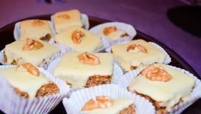 Tortas hechas hogar adornadas con las nueces Imágenes de archivo libres de regalías