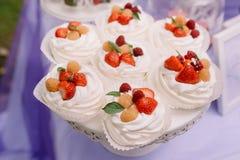 Tortas hermosas de la fresa Tiendas de chucherías sabrosas un producto de la crema y de la fresa Fotos de archivo