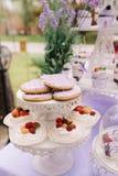 Tortas hermosas de la fresa Tiendas de chucherías sabrosas un producto de la crema y de la fresa Imagen de archivo
