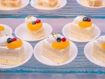 Tortas hermosas en un plato blanco Foto de archivo libre de regalías