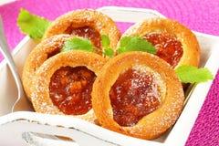 Tortas llenadas pequeña manzana Fotos de archivo