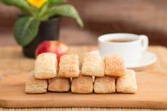 Tortas rubicundas con la manzana y el coffe Fotografía de archivo