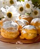 Tortas - soplos poner crema y eclairs Foto de archivo