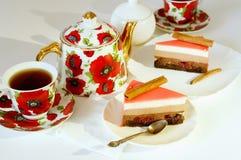 Tortas, tetera y tazas Imagen de archivo libre de regalías