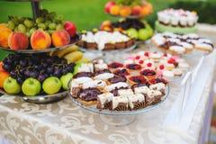 Tortas y abeja de chocolate Fotografía de archivo libre de regalías