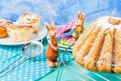 Tortas y conejitos de Pascua Foto de archivo