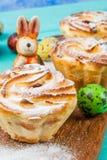Tortas y conejitos de Pascua Imágenes de archivo libres de regalías