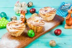Tortas y conejitos de Pascua Fotografía de archivo libre de regalías