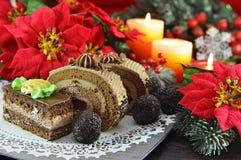 Tortas y dulces de chocolate con las decoraciones de la Navidad Foto de archivo