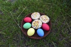 Tortas y huevos de Pascua Foto de archivo libre de regalías