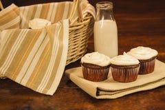 Tortas y leche de la taza Imagen de archivo
