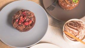 Tortas y pasteles en las placas Imagen de archivo