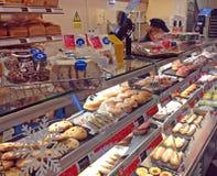 Tortas y pasteles en tienda de la torta Fotografía de archivo libre de regalías