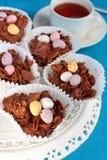 Tortas y té curruscantes del chocolate de Pascua Imagen de archivo