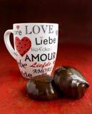 Tortas y taza de chocolate para la tarjeta del día de San Valentín Fotografía de archivo libre de regalías