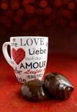 Tortas y taza de chocolate para la tarjeta del día de San Valentín Imagen de archivo
