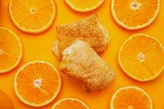 Torte appetitose casalinghe fatte della pasta sfoglia con materiale da otturazione arancio fotografie stock