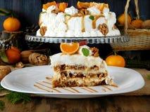Torte branco decorado com chantiliy, mandarino, figos, noz e caramelo fotografia de stock royalty free