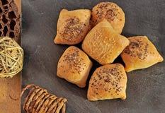 Torte casalinghe calde e croccanti della tasca del soffio con carne e spruzzate con i semi di chia e del sesamo Fotografia Stock