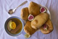 Torte casalinghe con i fichi freschi e una tazza di tè verde immagini stock libere da diritti