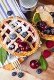 Torte casalinghe decorate della bacca della pasticceria dello shortcrust Immagini Stock Libere da Diritti