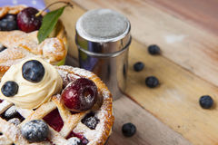 Torte casalinghe decorate della bacca della pasticceria dello shortcrust Immagine Stock