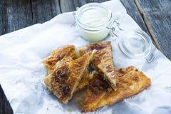 Torte casalinghe deliziose con latte acido Immagini Stock Libere da Diritti