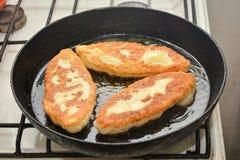 Torte che friggono in una pentola Fotografie Stock Libere da Diritti