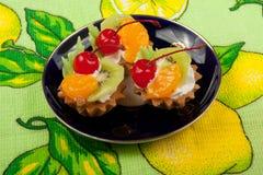 Torte con crema e frutta Fotografie Stock