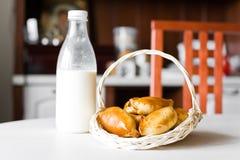 Torte con latte Fotografia Stock