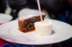 Torte de chocolat avec la crème glacée  Image stock