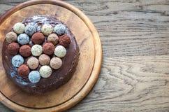 Torte de Sacher adornado con las trufas Fotografía de archivo libre de regalías
