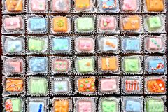 Torte decorate del petit four Immagini Stock