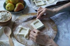 Torte deliziose della pasta sfoglia Il processo di produrre le pasticcerie Vista superiore fotografia stock