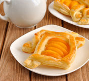 Torte della pasta sfoglia con le albicocche Fotografie Stock Libere da Diritti