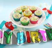 Torte della tazza di compleanno Fotografie Stock